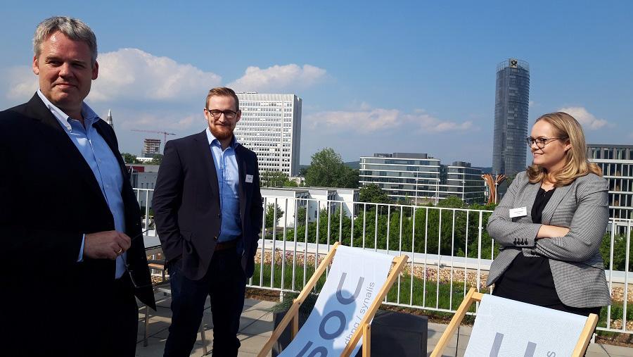 Gemütlicher Ausklang des CSOC Meetups auf der Dachterrasse der dhpg Bonn