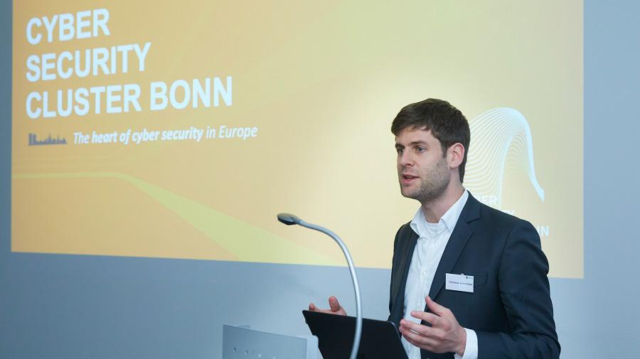 Gastredner Christian Schmickler vom Cyber Security Cluster Bonn spricht beim CSOC Meetup